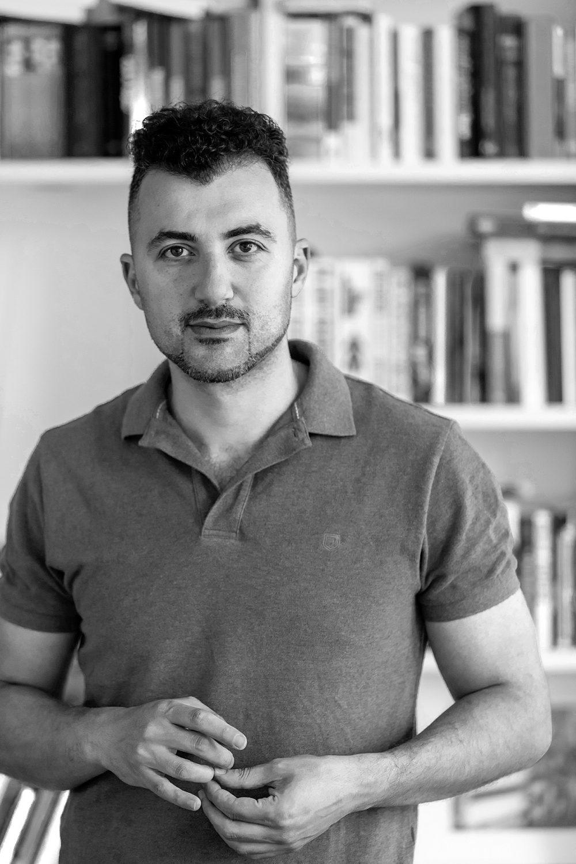 portret schrijver Eus Özcan Akyol