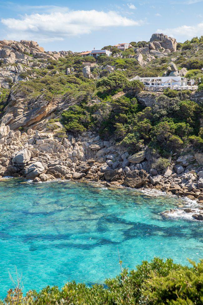 Azuurblauw water bij rotskust Sardinië