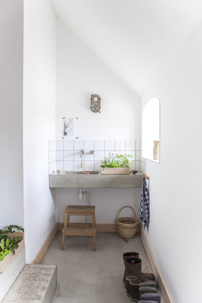 betonnen wasbak met kruiden