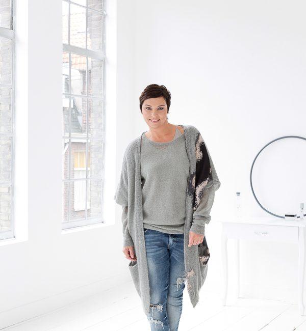 Dyanne Beekman in een oud pand met hoge witte muren en ramen.
