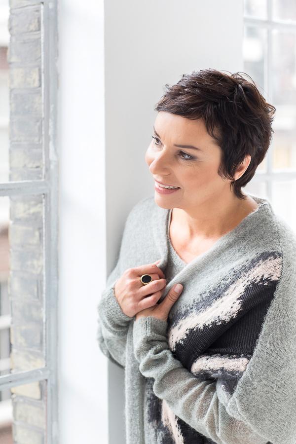 Portret van Dyanne Beekman kijkend door een raam naar buiten