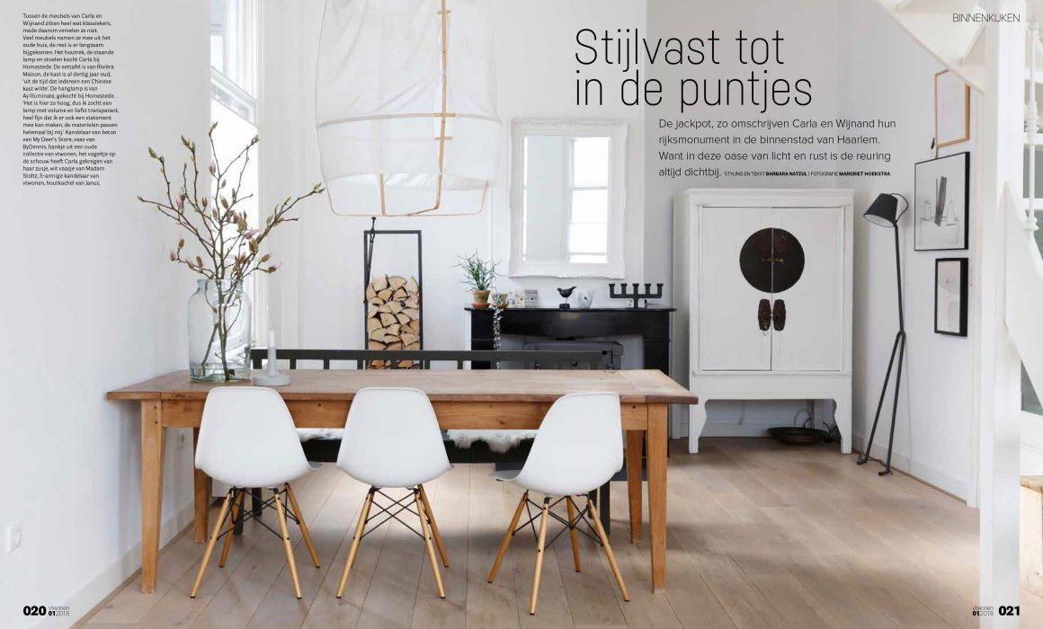 Interieurfoto van woonkamer met witte stoelen en witte lamp boven de eettafel