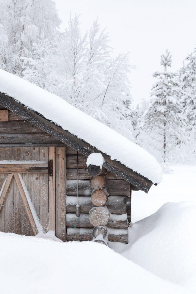 houten blokhut in lapland in de sneeuw