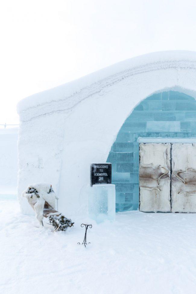 ijshotel in lapland met slee voor het hotel