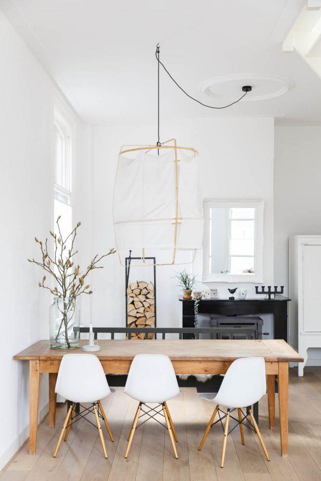 eetkamer met hoge plafonds en veel licht
