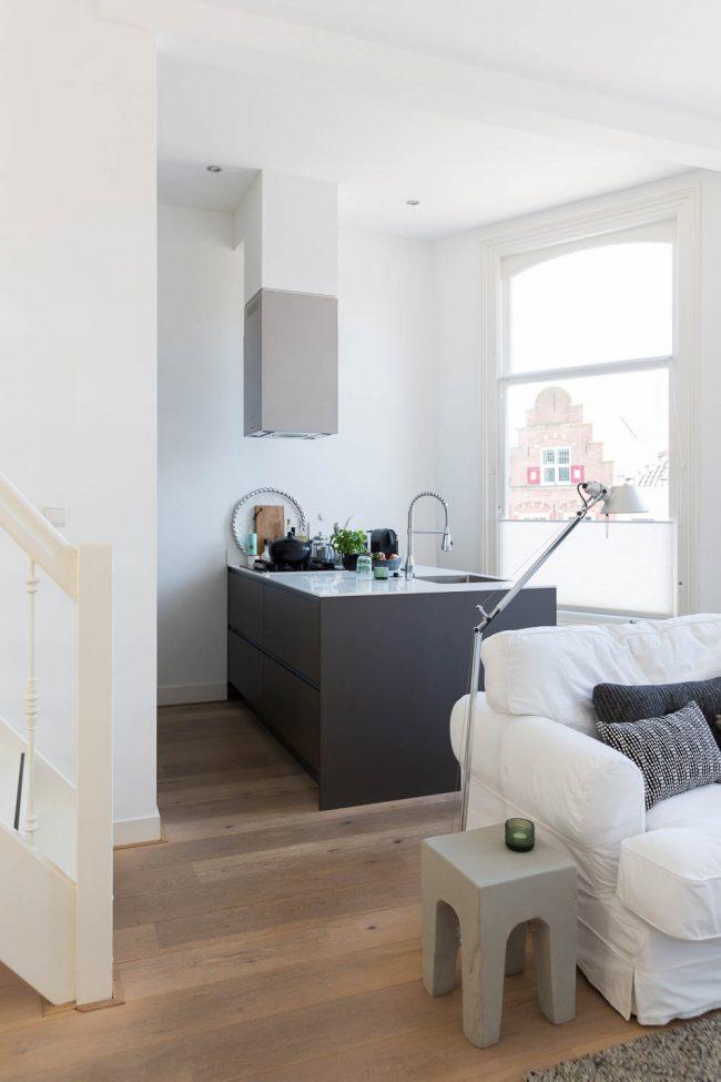 open keuken in appartement met veel lichtinval
