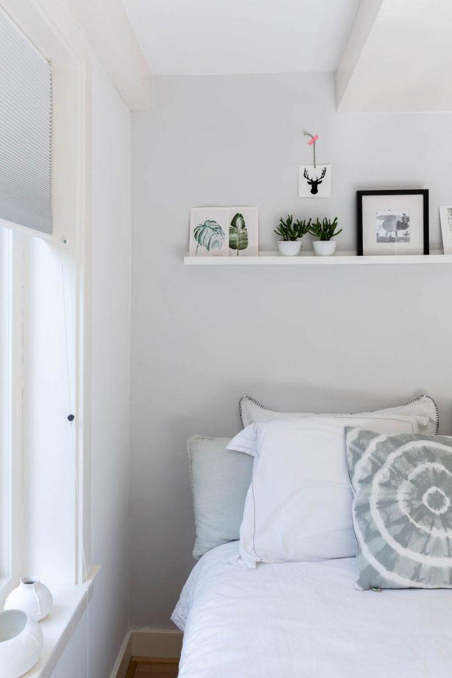 slaapkamer met kussens op bed