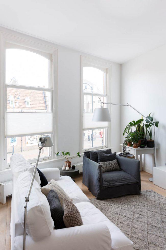 woonkamer met lichtinval door hoge ramen